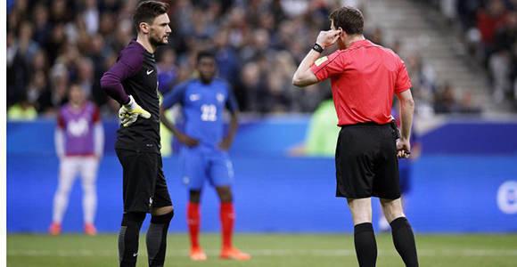 El árbitro Zwayer escucha a los asistentes de vídeo en el Francia-España. Foto: Y. Valat/EFE.