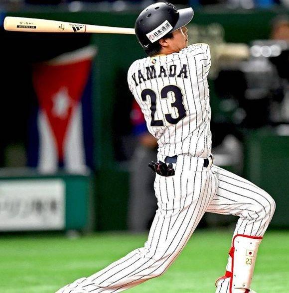 Tetsuto Yamada recibió a Baños con un largo cuadrangular, este joven jugador de cuadro ha conectado 66 HR y 202 CI en las últimas dos temporadas en Japón. Foto: @WBCBaseball/ Twitter.