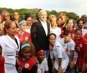 El Presidente de la FIFA junto al equipo nacional femenino de fútbol. Foto: Mónica Ramírez / JIT