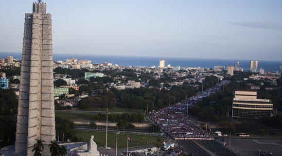Como cada mañana de 1ro de Mayo, la Plaza de la Revolución acogió la marcha del pueblo cubano en celebración del Día Internacional de los Trabajadores. Foto: L Eduardo/ Cubadebate.