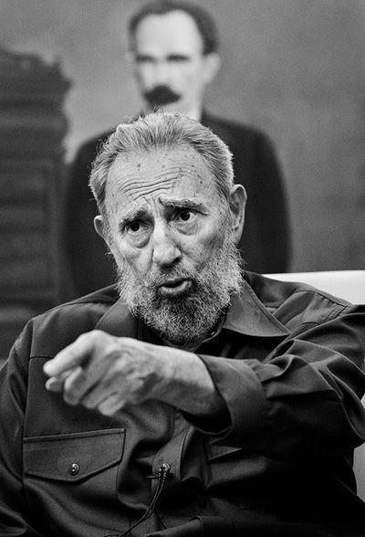 Como trincheras de piedra y de ideas, las tumbas de Martí y de Fidel parecen custodiarse mutuamente.