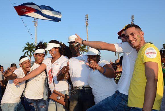 Jóvenes participan en actividades recreativas durante la acampada antimperialista que se desarrolla en el Complejo Escultórico Ernesto Che Guevara, con motivo de los aniversarios 55 de la Unión de Jóvenes ( UJC) y 56 de la Organización de Pioneros José Martí (OPJM), en Santa Clara, provincia Villa Clara, 2 de abril de 2017. ACN FOTO/Arelys María ECHEVARRÍA RODRÍGUEZ/sdl