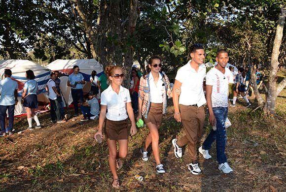 Asistentes a la acampada antimperialista, con motivo de los aniversarios 55 de la Unión de Jóvenes Comunistas (UJC) y 56 de la Organización de Pioneros José Martí (OPJM), en el Complejo Escultórico Ernesto Che Guevara, en Santa Clara, provincia Villa Clara, el 2 de abril de 2017. ACN FOTO/Arelys María ECHEVARRÍA RODRÍGUEZ/sdl