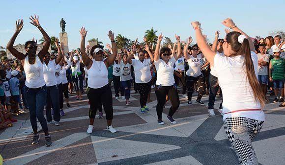 Jóvenes participan en actividades recreativas durante la acampada antimperialista que se desarrolla en el Complejo Escultórico Ernesto Che Guevara, con motivo del aniversario 55 de la Unión de Jóvenes ( UJC) y el 56 de la Organización de Pioneros José Martí (OPJM), en Santa Clara, provincia Villa Clara, el 2 de abril de 2017. ACN FOTO/Arelys María ECHEVARRÍA RODRÍGUEZ/sdl