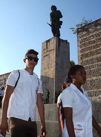 La nueva generación honra al Guerrillero Heroico y sus compañeros de guerrilla, en el aniversario 55 de la Unión de Jóvenes Comunistas (UJC) y el 56 de la Organización de Pioneros José Martí (OPJM), en acampada antimperialista en el Complejo Escultórico Ernesto Che Guevara, en Santa Clara, provincia Villa Clara, el 2 de abril de 2017. ACN FOTO/Arelys María ECHEVARRÍA RODRÍGUEZ/sdl