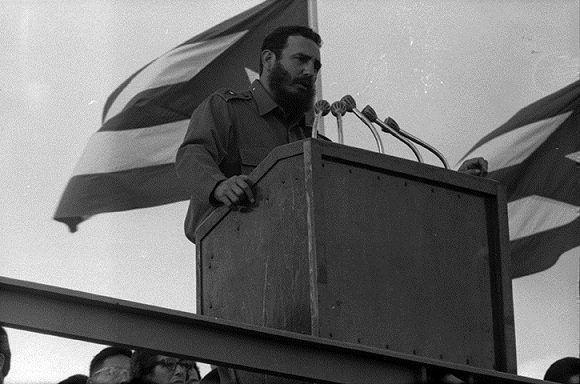 En el XI aniversario del asalto a los cuarteles Moncada y Carlos M. de Céspedes celebrado en la Ciudad de Santiago de Cuba donde el pueblo responde a las maniobras contra Cuba adoptadas el día anterior por la OEA. Fuente: Fidel Soldado de las Ideas, 26/07/1964