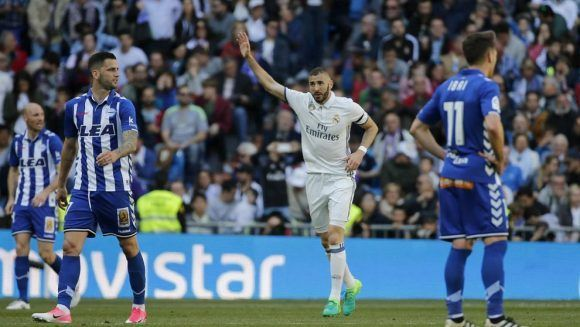 Benzema saluda a la grada tras marcar el gol del triunfo. Foto: Kiko Huesca/ EFE