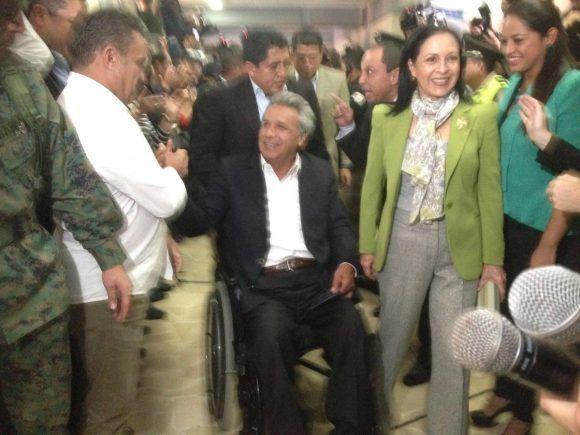 Lenín saluda a los que le apoyan mientras ejerce su derecho al voto. Foto: Twitter