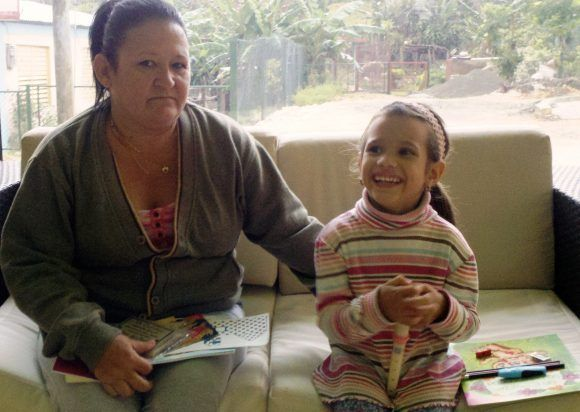 Camila y su abuela Blanca. Foto del autor, tomada con un celular
