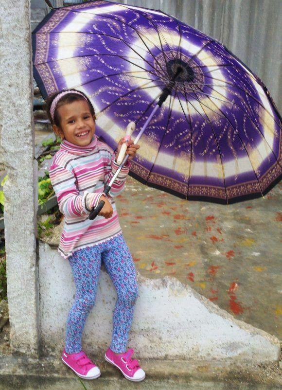 Camila y su sombrilla. Foto del autor tomada con su celular