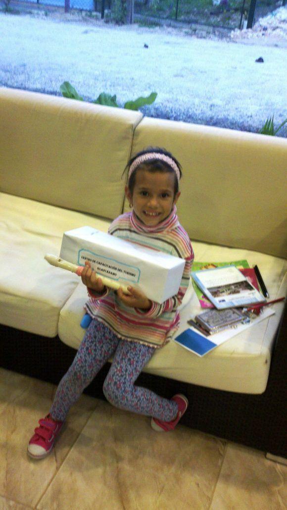 Camila y sus regalos. Foto del autor tomada con un celular