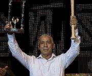 Carlos Marti trofeo de campeon de la serie nacional y un bate enviado por Gerardo Hernández Nordelo. Foto: Ismael Francisco/Cubadebate.