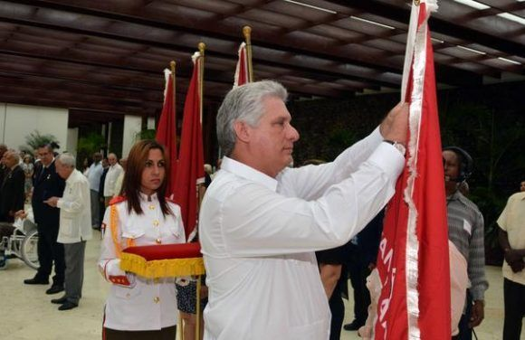 Miguel Díaz-Canel Bermúdez (C), miembro del Buró Político del Partido Comunista de Cuba y Primer Vicepresidente de los Consejos de Estado y de Ministros, hace entrega de la Orden Lázaro Peña a colectivos laborales, en ceremonia efectuada en el Salón de Protocolo de Cubanacán, en La Habana, Cuba, el 29 de abril de 2017. Foto: ACN / Marcelino Vázquez Hernández