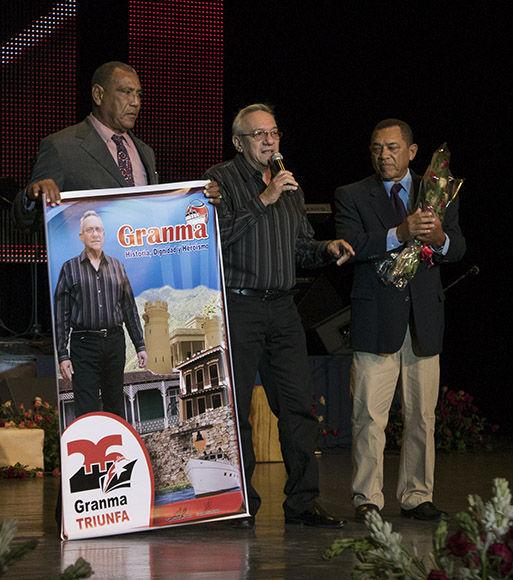 Homenaje a Modesto Aguero, narrador deportivo, le entregan reconocimiento Antonio Muñoz y Rodolfo Puente. Foto: Ismael Francisco/Cubadebate.