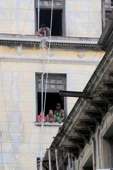 Habitantes de un antiguo edificio, ubicado en San Miguel y Amistad, en el municipio capitalino de Centro Habana, un día después del desplome de su escalera interna desde el tercer piso. Foto: Omara GARCÍA MEDEROS/ ACN