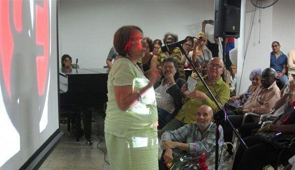 La Dra. Mónica le habló a los presentes en su lenguaje llano y simpático. Foto: Cortesía de Productora Documentales UNEAC.