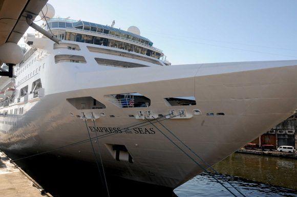 """El Crucero Empress of the Seas, a su llegada a la Terminal de Cruceros """"Sierra Maestra"""", en La Habana, Cuba, el 23 de abril de 2017.  Foto: Omara García/ ACN."""