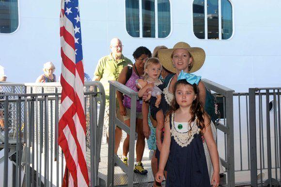 """Llegada de cruceristas a bordo del Empress of the Seas, de la compañía estadounidense Royal Caribbean Cruise Line Ltd., a la Terminal de Cruceros """"Sierra Maestra"""", en La Habana, Cuba, el 23 de abril de 2017.  Foto: Omara García/ ACN."""