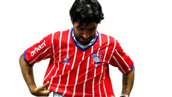El Loco Abreu viste su camiseta 24. Foto: EFE
