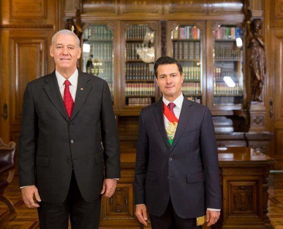 Embajador de Cuba en México presenta cartas credenciales al presidente de esa nación, Enrique Peña Nieto. Foto tomada de la página en facebook de la Embajada de Cuba en México.
