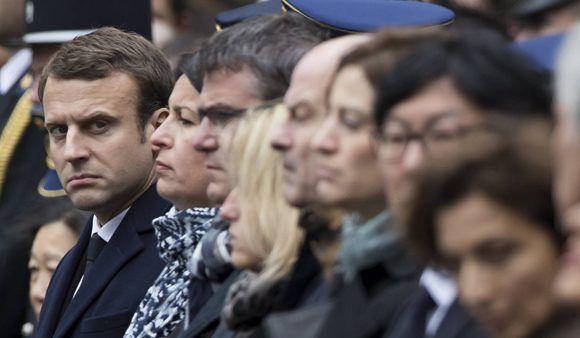 Emmanuel Macron este martes en el homenaje por el policía muerto en los Campos Elíseos. Foto: EFE.
