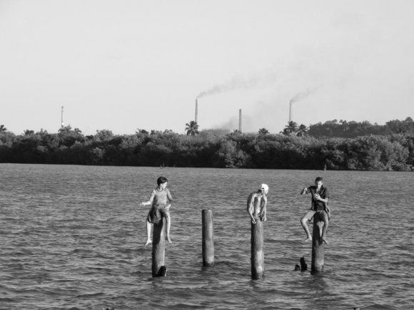 Esperando la picada (en Moa, al fondo las chimeneas de la Fábrica de Níquel Ernesto Che Guevara). Foto: Freddy Fernández-Calienes García / Cubadebate