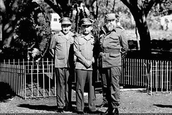 Fidel en el acto de Despedida de Duelo de Blas Roca Calderío, junto a él el General de Ejército Raúl Castro y el General de División Ulises Rosales del Toro, 26 de abril de 1987 Foto: Periódico Juventud Rebelde/ Fidel Soldado de las Ideas.