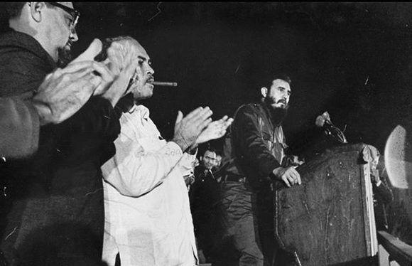 """Fidel Castro acompañado por Blas Roca y Carlos Rafael Rodríguez en el Acto de Inauguración del Hospital """"Lenin"""" en Holguín, 7 de noviembre de 1965. Foto: Fidel Soldado de las Ideas."""