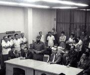 Fidel con el Secretariado del Comite Central del Partido en el periódico Hoy. Fundacion del Periódico Granma (1965) Foto: Gonzàlez/ Granma/ Fidel Soldado de las Ideas.