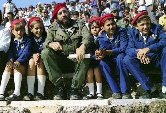Fidel Castro con pioneros cubanos. Foto tomada del sitio Fidel Soldado de las Ideas.