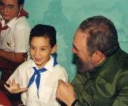 Fidel junto al niño Elián González. Foto tomada del sitio Fidel Soldado de las Ideas.