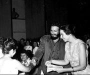 """Fidel Castro y Vilma Espín durante la constitución de la Federación de Mujeres Cubanas, (FMC) surgida de la unidad de todas las organizaciones femeninas existentes en el país. """"Día histórico y prometedor"""", le llamó Fidel, 23 de agosto de 1960. Foto tomada de Fidel Soldado de las Ideas."""