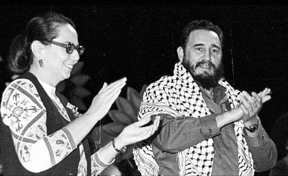 Fidel Castro y Vilma Espín durante el acto de clausura del II Congreso de la Federación de Mujeres Cubanas (FMC). La Habana, 29 de noviembre de 1974. Foto tomada de Fidel Soldado de las Ideas.