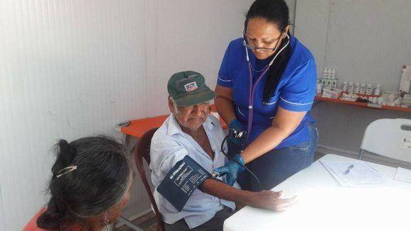 Médicos cubanos atienden a damnificados peruanos. Foto tomada del perfil en Facebook de Enmanuel Vigil.