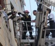 Habitantes de un antiguo edificio en el municipio capitalino de Centro Habana, reciben de forma gratuita la alimentación diaria requerida, desde pocas horas después del desplome de su escalera interna desde el tercer piso, en La Habana. Foto: Omara GARCÍA MEDEROS/ ACN