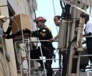 Habitantes de un antiguo edificio en el municipio capitalino de Centro Habana, reciben de forma gratuita la alimentación diaria requerida, desde pocas horas después del desplome de su escalera interna desde el tercer piso. Foto: Omara GARCÍA MEDEROS/ ACN