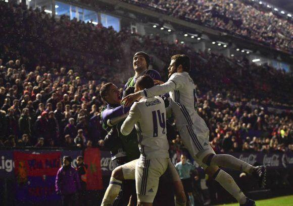 Isco celebra con sus compañeros un gol conseguido ante Osasuna en El Sadar. Foto Álvaro Barrientos (AP)