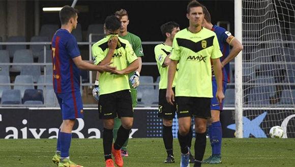 jugadores-del-eldense-son-consolados-por-los-del-barcelona-b