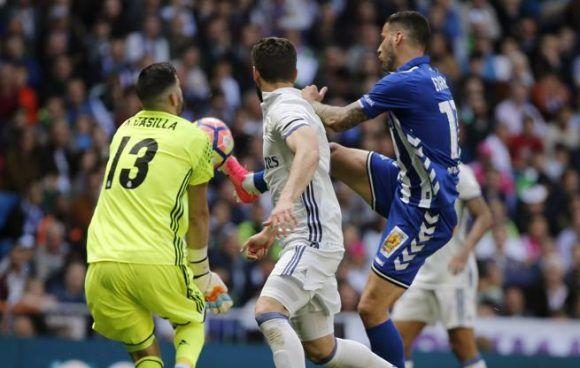 Kiko Casilla intenta parar el remate de Edgar. Foto: Kiko Huesca/ EFE.