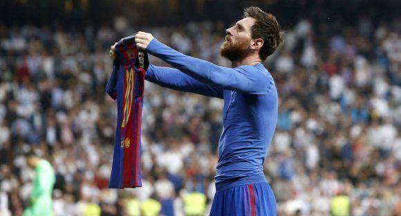 Lionel Messi muestra su camiseta al público después del gol que definió el partido en Madrid. Foto: EFE.