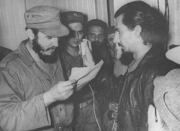 Fidel llama al pueblo a la Huelga General, a través de Radio Rebelde, para evitar que fuera escamoteado el triunfo a las fuerzas revolucionarias. A su lado, Jorge Enrique Mendoza capitán del Ejército Rebelde. Palma Soriano, Santiago de Cuba. Fecha: 01 de enero de 1959. Tomado de Periódico Granma/Fidel Soldado de las Ideas