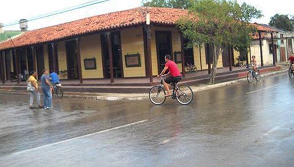 Tras meses de sequía, hoy llovió en la ciudad de Ciego de Ávila. Las precipitaciones no podrán aminorar la fuerte sequía, pero al menos han traído alegría y esperanza para los avileños. Foto: Idania Pupo Freyre