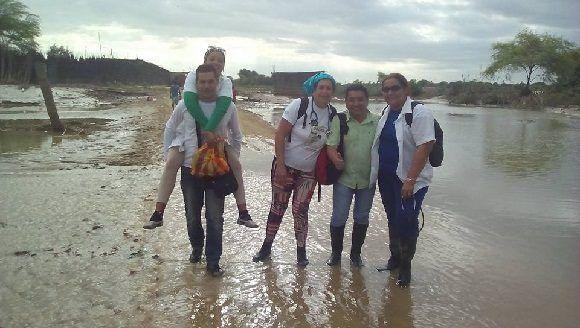 Largas distancias a pie, con el suelo aun inundado, deben recorrer nuestros médicos. Foto: DR. Enmanuel Vigil Fonseca.