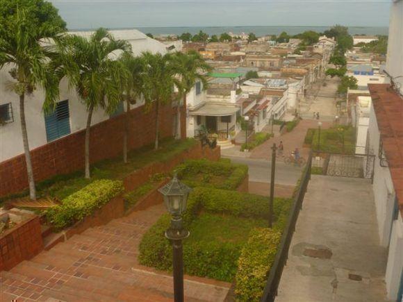 Memorial Celia Sánchez y vista parcial de la ciudad de Manzanillo. Foto: Alberto Cruz Lastres / Cubadebate