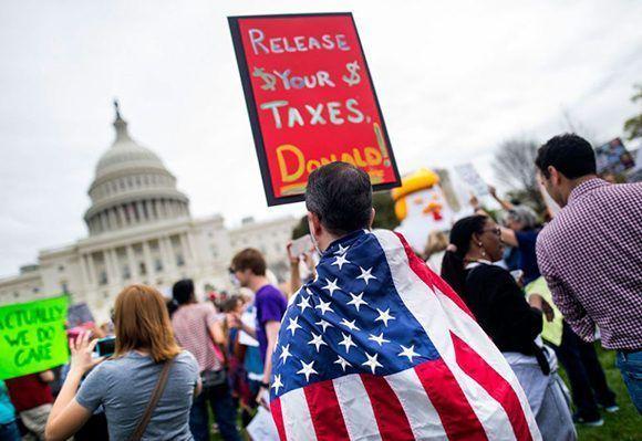 Miles de manifestantes piden a Trump que publique sus declaraciones de impuestos en Washington. Foto: EFE