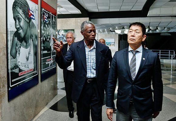 Roberto León Richards (C), vicepresidente del Instituto Nacional de Deportes, Educación Física y Recreación (INDER), recibe  a Morinari Watanabe, presidente de la Federación Internacional de Gimnasia, en el Coliseo de la Ciudad Deportiva, en La Habana, el 26 de abril de 2017.  Foto: ACN/ Calixto N. Llanes.