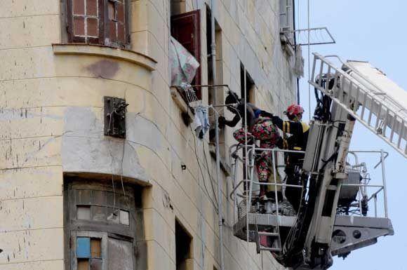 Operaciones de rescate y salvamento en un antiguo edificio en el municipio capitalino de Centro Habana, luego del desplome de su escalera interna desde el tercer piso, en la Habana, Cuba, el 19 de abril de 2017.   Foto: Omara GARCÍA MEDEROS/ ACN