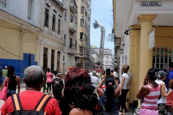 Operaciones de rescate y salvamento en un antiguo edificio ubicado en San Miguel y Amistad, municipio capitalino de Centro Habana, luego del desplome de su escalera interna desde el tercer piso. Foto: Omara GARCÍA MEDEROS/ ACN