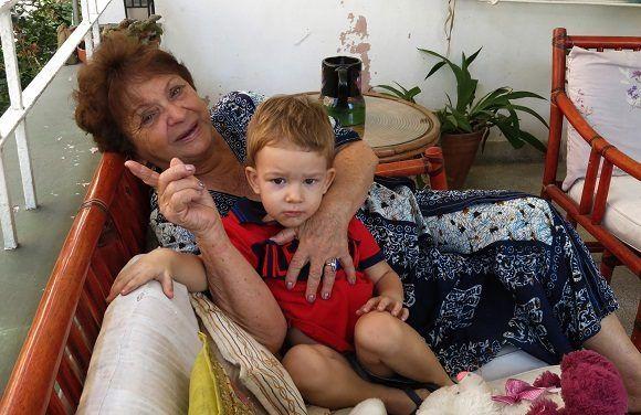 Con su nieto Bruno comparte unos diálogos dignos de un programa humorístico. Foto: Ismael Francisco/ Cubade