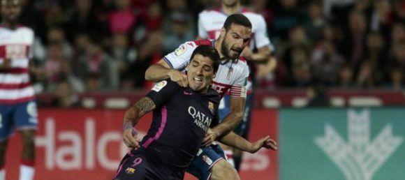 Penalti de Lombán a Luis Suárez no señalado por Jaime Latre. Foto: Pepe Marin/ Reuters.